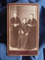 Photo CDV Graveleau à Rennes - Trois Femmes, Folklore, Coiffe Régionale, Bretagne,  Circa 1885 L412 - Anciennes (Av. 1900)