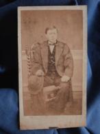 Photo CDV Anonyme - Second Empire Jeune Homme Assis Chapeau à La Main Circa 1865 L412 - Anciennes (Av. 1900)