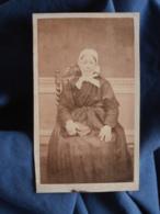 Photo CDV Anonyme - Femme Assise, Album à La Main, Coiffe, Second Empire Circa 1865 L412 - Photographs