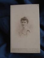 Photo CDV  Duguay Geraux à Tours  Portrait Jeune Femme  Robe Avec Un Col Volanté CA 1900 - L403B - Photographs