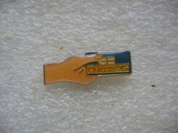 Pin's Carte Bleue De La Poste Tendue Par Une Main - Mail Services