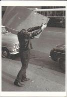 CPM PHOTOGRAPHIE PORTEUR DE MIROIR  GENDRE BR 33   EDIT. CARLTON CARDS FRANCE AUTOMOBILE SIMCA ARONDE HUMOUR - Photographs