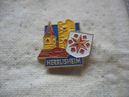 Pin's De La Ville De HERRLISHEIM (Dépt 68). L'eglise Et La Tour - Villes