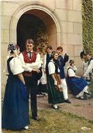"""CPM . PAYS DE MONTBELIARD - GROUPE FOLKLORIQUE """" LE DIAIRI """"  A LA SORTIE DE L'EGLISE  . ECRITE LE 11 OCT 1971 AU VERSO - Montbéliard"""