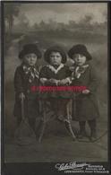 Grand CDV-(CAB) Trop Mignon-3 Enfants Et Leurs Jouets-raquette, Cerceau-photo Gerbr. Strauss à Mannheim (Allemagne) - Anciennes (Av. 1900)
