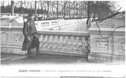 CPA PARIS INONDE. SENTINELLE EMPÊCHANT LA CIRCULATION SUR UN PONT MENACE - Inondations De 1910
