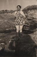 Photo Originale Plage & Maillot De Bains Pour Grand-Mère Pin-Up & Ombre Du Photographe En Loire-Atlantique 1952 - Pin-up