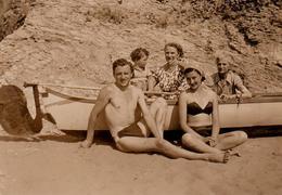 Photo Originale Plage & Maillot De Bains Pour Famille Dans Une Barque échouée Sur Le Sable Vers 1950 - Playboy Sexy - Pin-up