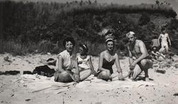 Photo Originale Plage & Maillot De Bains Pour Famille Sur Le Sable Vers 1950 - Playboy Sexy & Soeurs Jumelles - Pin-up