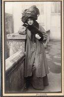 """FEMME TRES ELEGANTE PORTE UN ENORME CHAPEAU A PLUMES. GRAND MANTEAU  """"JANKOWITCH"""" - Anciennes (Av. 1900)"""