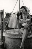 Photo Originale Portrait De Maman Pin-Up, Mini Jupe, Bébé, Assis Sur Le Puits Et Linge Qui Sèche En Arrière Plan 1960/70 - Pin-up
