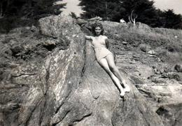 Photo Originale Portrait De Pin-Up En Mode Bronzette & Maillots De Bain Sur Les Rochers Vers 1950/60 - Pin-up