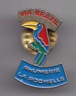 Pin's Rhumerie La Rochelle  En Charente Maritime Dpt 17  Via Brazil Toucan Réf 2011 - Cities