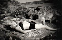 Jolie Photo De Pin-Up à La Sieste Et Farniente Sur Des Rochers Vers 1950 Bikini Noir Satin - Bronzette & Laisser Aller - Pin-up