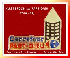 """SUPER PIN'S """"CARREFOUR"""" : Super Marché """"CARREFOUR"""" De LYON """"LA PART-DIEU"""" 69, émail Base Or + Glaçage  3X2,5cm - Alimentation"""