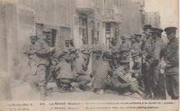 """CPA La Panne - Soldats Belges Revêtus Du Nouvel Uniforme, à La Corvée De """"patates"""" (très Belle Scène) - De Panne"""