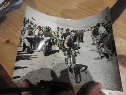 ANCIENNE PHOTO PRESSE ORIGINALE CYCLISME TOUR DE FRANCE A IDENTIFIER MOTO JEEP - Cyclisme