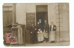 CPA Carte Photo Garçon De Café Négoce Et Vente De Vin à Emporter Devanture Animée Lieu à Identifier Expédiée De Gironde - Cafés