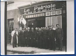 Photographie   Nice   Le Patriote De Nice Et Du Sud Est    Devanture     Animées     Dimension: 18 X 13 Cm - Nizza