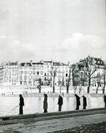 PHOTO REPRODUCTION POSTER DOISNEAU PECHEURS AUX BORDS DE LA SEINE 1951 /  26 X 21.5 Cm    /  ANNEE 70/80 - Riproduzioni