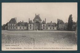 FONTAINEBLEAU - Place D'Armes - Pavillon Henri IV Habité Par Les Officiers-Elèves De L'Ecole D'Application - Fontainebleau