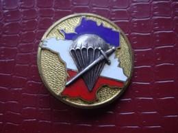 Parachutiste . CNEC . Centre National Entrainement Commando . 1° Choc  ( émail ) - Hueste