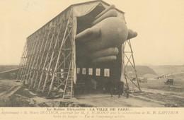 C P - LE BALLON DIRIGEABLE LA VILLE DE PARIS - APPARTENANT A M. HENRY DEUTSCH - SORTIE DU HANGAR - REPRODUCTION - VUE DE - Aeronaves