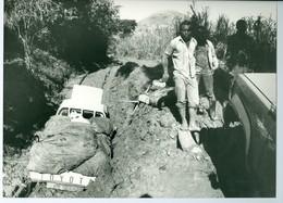 """2 Photo Zaïre """"sous-marins"""" Véhicules Embourbés Et """"secouristes"""" Dépanneurs, Enfants Congo 1988 Photo-service PP. Blancs - Afrique"""
