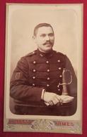 Ancienne Photo Cdv Militaire Sabre Insigne - Photographie Marcou, Nimes - Vers 1880 - Photographs