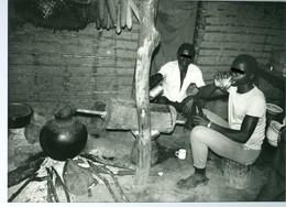 Photo Zaïre Région Bunia. Distillation Clandestine Et Consommation D'alcool. Congo. Rare 1988 Photo-service PP. Blancs - Afrique