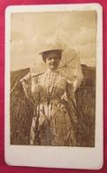 Jolie Photo Ancienne Cdv - Jeune Femme Avec Chapeau Et Ombrelle - Vers 1890 - Photographs