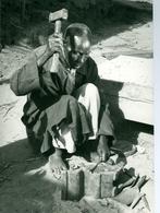 Photo Zaïre Région De Logo Forgeron D'origine Soudanaise Fabriquant Un Couteau 1988 Congo Photo-service PP. Blancs - Afrique