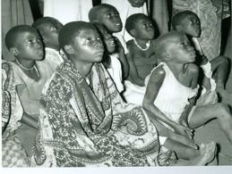 Photo Zaïre Groupe D'Enfants Regardant La TV  1988 Congo Photo-service PP. Blancs - Afrique