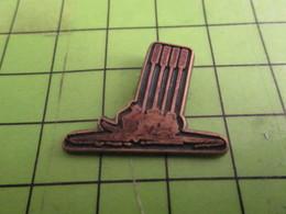 410b Pins Pin's / Rare & De Belle Qualité  THEME SPORTS / AVIRON 4 RAMES LEVEES Par COINDEROUX - Roeisport