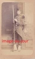 Photo CDV   Militaire Fusil Paquetage  31 Au Col  Photo Maignan Blois - Anciennes (Av. 1900)