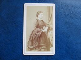 CDV ANCIEN 1840-1860 JEUNE FEMME COIFFURE ROBE PHOTO AUDON 34 MONTPELLIER - Anciennes (Av. 1900)