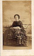 Photo Vers 1865 Cdv Femme En Tenue D'époque Photo A.Ken Paris - Anciennes (Av. 1900)