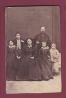 171218A - PHOTO ANCIENNE - Famille Couple Et Quatre Enfants - Anciennes (Av. 1900)