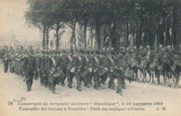 AL 995 / CPA  VERSAILLES   (78) CATASTROPHE DU DIRIGEABLE REPUBLIQUE FUNERAILLES  DEFILE DES MUSIQUES MILITAIRES - Versailles