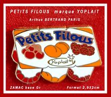 """SUPER PIN'S """"PETITS FILOUS"""" Arthus BERTRAND : De La Marque YOPLAIT, Les Petits SUISSES """"PETITS FILOUS"""", ZAMAC Or, 2,9X2c - Arthus Bertrand"""