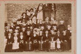 GRANDE FAMILLE BRETONNE  EN COSTUME REGIONAL  PHOTO SEPIA - Anonieme Personen