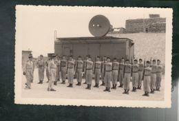 (Milit.) Revue De Troupes - Abri (Scheltter) Radar  - PHOTO Non Située, Non Datée (peut-être Poste R6 Algérie) - Barracks