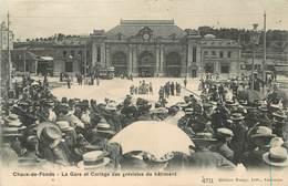 CHAUX DE FONDS - La Gare Et Cortège Des Grévistes Du Bâtiment. - NE Neuchâtel