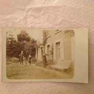 JFC. 386. Photo Carte Postale D'une Famille Derrière Une Maison à Déterminer - Photographs