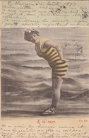 """76. LE HAVRE (ENVOYÉ DU . CPA FANTAISIE . FEMME  EN TENUE DE GUÊPE """" A LA MER """". ANNÉE 1899 + TEXTE - Femmes"""
