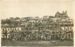 CARTE PHOTO GROUPE DE SOLDATS  AU BORD D'UN FLEUVE - Militaria