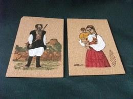 2 Cartoline In Sughero  SARDEGNA PICCOLO FORMATO COSTUMI UOMO PASTORE SARDO ANGOLO ROTTO DONNA COSTUME - Cartoline
