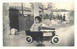 Photo Enfant Dans Sa Voiture à Pédale    ( PH ) - Personnes Anonymes
