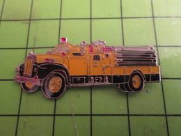 411G Pins Pin's / Rare & Belle Qualité  THEME POMPIERS / CAMION DE POMPIERS AMERICAIN JAUNE COMME LES CHEVEUX DE TRUMP - Pompiers
