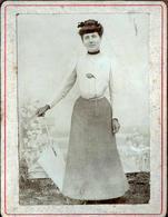 Tirage Photo Albuminé Cartonné - Portrait De Femme à L'Ombrelle Vers 1900 - Décor Au Jardin - Anonymous Persons